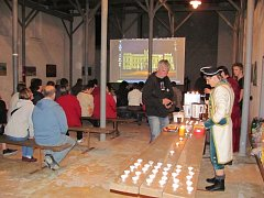 Tomáš Zemba v zámecké kapli premiérově představil svůj film Slezské Rudoltice 1900-2000. Aby byla atmosféra opravdu retro, nadšenci v kapli vařili svařák a čepovali pivo v dobových kostýmech při svíčkách.