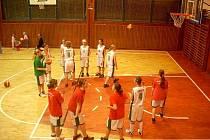 Rozcvičení před utkáním krnovským basketbalistkám nepomohlo. Podlehly oběma soupeřům.