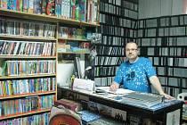 Patrik Herzinger kdysi provozoval síť videopůjčoven s pobočkami v Krnově, Vrbně pod Pradědem, Světlé Hoře, Horním Benešově i ve Městě Albrechticích. Dnes mu zůstala jen půjčovna na Albrechtické ulici, která je poslední v Krnově.