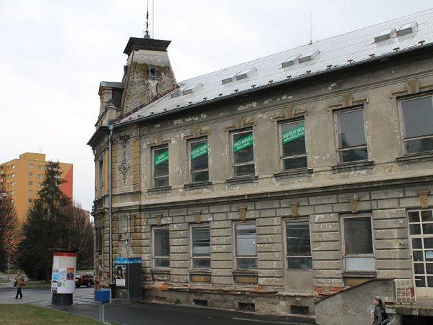 Dominantní budovou nedaleko bruntálského centra je dřívější Dům služeb. Nájemci z domu postupně odcházeli, proto bylo nutné jeho provoz utlumit.