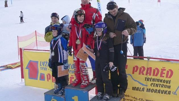 Family Cup, tři nejlepší dvojice závodníků při předávání cen na stupních vítězů.