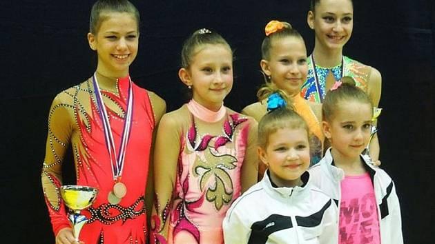 Bruntálské gymnastky posbíraly pět medailí. Tereza Palupčíková (stojící vlevo) celkově vyhrála, Barbora Smékalová (zcela vpravo) skončila třetí.