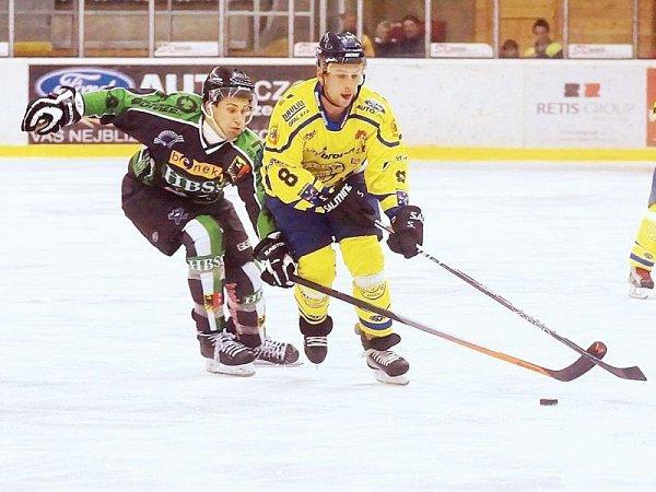 Kapitán Krnova Pavel Michálek (ve žlutém) byl hlavním aktérem situace, po níž se páni sudí rozhodli hokejové derby vHorním Benešově ukončit.