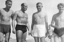Metoděj Krejčí (druhý zleva) a Josef Rýpar (třetí zleva) u italského moře v době, než se jejich cesty rozdělily. První odešel do USA, druhý do Austrálie.