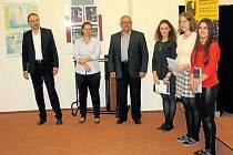 Čerstvé nositelky Langschurovy ceny (zprava) Sára Szmeková, Eliška Šťastná a Alžběta Tvrdoňová. Cenu jim předali Libor Nowak, Pavla Löwenthalová a Jan Stejskal.