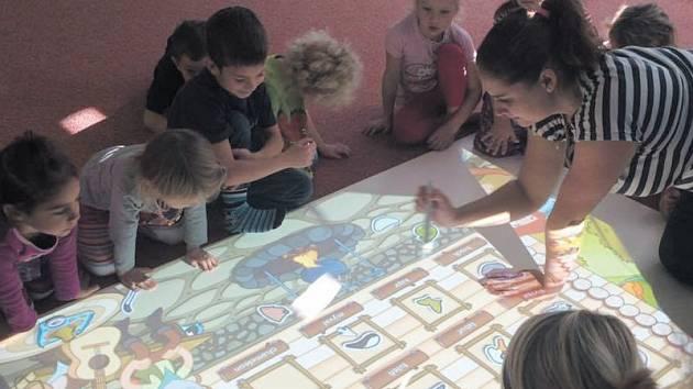 Magic Box je obdobou interaktivní tabule, která je přizpůsobena přirozenému pohybu nejmladších dětí na zemi. To umožňuje učitelkám pracovat se skupinkou dětí na plnění různých úkolů.