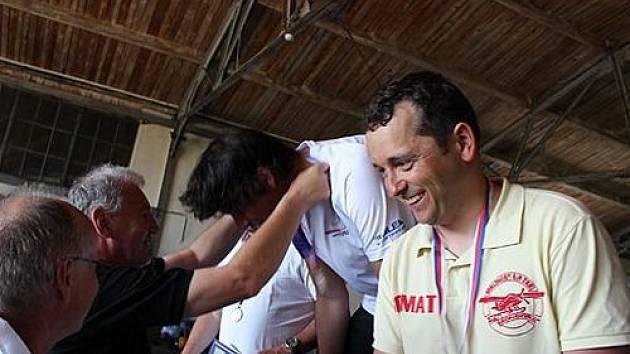 Ondřej Bordovský přebírá bronzovou medaili na mistrovství republiky v Táboře.