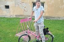 Dominik Matějka si v Úvalně půjčuje kolo, že pojede do kopce, mu nevadí.