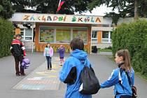 Základní škola v Jesenické ulici v Bruntále má celkem osm vchodů, které se vedení snaží uhlídat. Děti mají dostatek informací, kam se obrátit o pomoc v případě nouze.