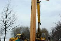 Misijní kříž na začátek křížové cesty na Uhlířském vrhu v Bruntále instalovali pracovníci bruntálských technických služeb.