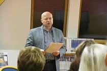 Libor Martinek je letošním laureátem Evropské medaile poezie a umění Homer. Snímek je z jeho přednášky v krnovské knihovně.