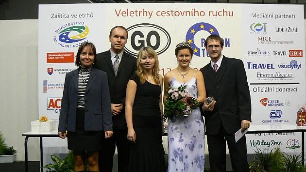 Společnou fotografii na mezinárodním veletrhu cestovního ruchu si nenechali ujít (zleva) učitelka Ellen Maláčová, ředitel Zdeněk Klein, Markéta Welnová, Královna regionů 2008 Ilona Kopčilová a Jiří Volčík.