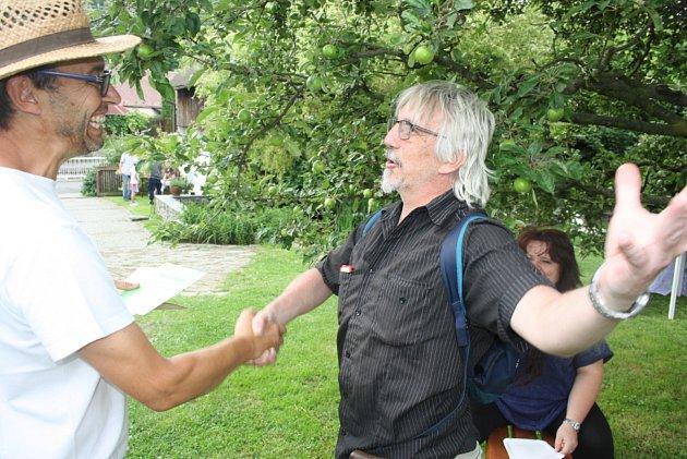 Martin Sedliský se raduje z certifikátu, který ho opravňuje užívat ke svému jménu titul vidlák.