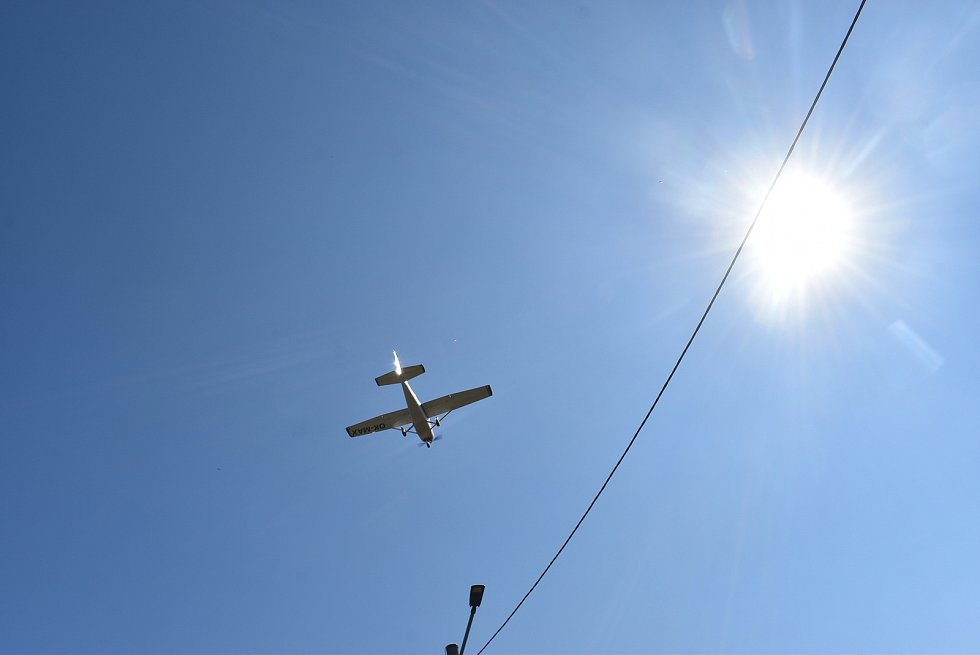 Účastníci jízdy veteránů Trofeo Niké obdivovali kuriozitu Razové: letiště a přístaviště v jednom.