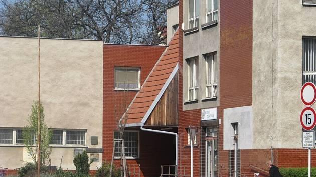 Objekt městského úřadu na Vodní ulici v Krnově má nájezdy ke vchodovým dveřím, ale k plné bezbariérovosti by potřeboval výtah. Ten si může pořídit z dotace 1,5 milionu od ministerstva.