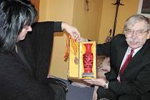 Jaroslav Zaviačič ukázal Deníku a ředitelce bruntálské obchodní akademie a střední zemědělské školy Zuzaně Urbankové pohár za vítězství, který fintou získala Číňanka.