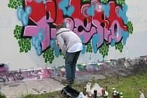 Lidé, kterým učarovalo umělecké graffiti, se sešli o víkendu na Chelčického ulici v Bruntále na každoroční akci, během níž se na zeď bývalé kotelny namalovaly nové obrazy.