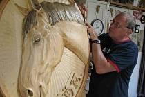 Medailon koně pro soukromého sběratele a zároveň chovatele těchto ušlechtilých zvířat vyřezal František Nedomlel.