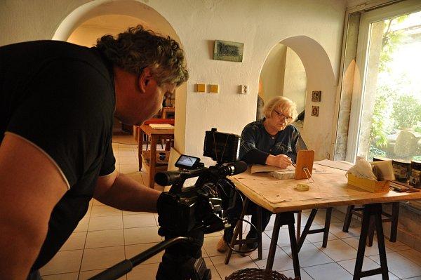 Toulavá kamera zavítala do Hustopečí. Přilákala ji sem přes dvě stě let stará grafická technika litografie. Štáb České televize natáčel uumělecké tiskařky Věry Nohelové.