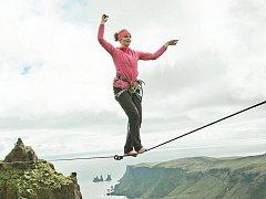Expediční kamera letos nabídne i snímek Fyrst o skupině slacklinerů, která  na Islandu  napnula vůbec první špacír špagáty dlouhé až 90 metrů. Za zhlédnutí ovšem stojí i další filmy festivalu.