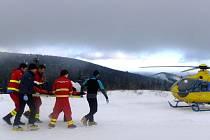 Jedenáctiletou dívku, která se vážné poranila při lyžařských závodech v Jeseníkách, musel odvézt vrtulník do nemocnice v Ostravě.