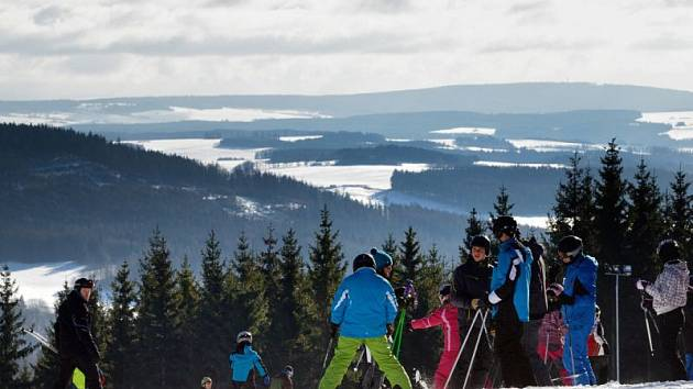 Na Kopřivné v Malé Morávce se mohou lyžaři kochat perfektním výhledem po kraji.