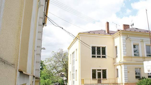 Škola v Kostelci zanikla před deseti lety a zbyly po ní tyto dvě budovy. Podaří se tentokrát už konečně najít pro ně využití?
