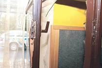 Oknem se do vykrádaných budov dostával devatenáctiletý mladík v Bruntále. Má na svědomí dohromady šestnáct vykradených objektů a škody za bezmála sto tisíc korun.