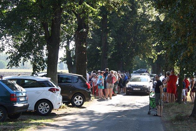 Na krnovské koupaliště míří návštěvníci pěšky, na kolech ivautech. Stojany na kola mají dostatečnou kapacitu, ale pro horská kola jsou poněkud úzké. Parkování aut vokolí je hotová katastrofa.