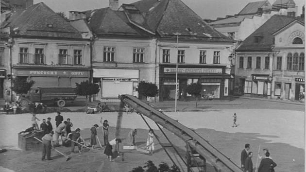 Sušení obilí, také k tomu posloužilo náměstí v Bruntále.