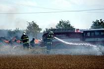 Nebezpečná situace vznikla u Krásných Louček: hořící strniště plné balíků slámy oddělovala od zralého, vysoce hořlavého obilí jen železniční trať.
