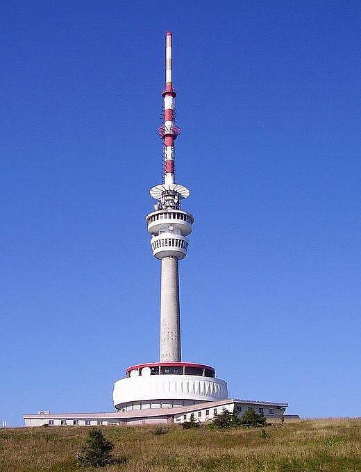 Na vrcholu nejvyšší hory Jeseníků – na Pradědu stojí železobetonová věž s vysílačem dosahujícím 162 metrů.