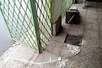 Skřítek, který střeží zátorskou kyselku, často čelí vandalům. Naposledy chudáka našli ležet na zádech s ulomenými špičkami bot.