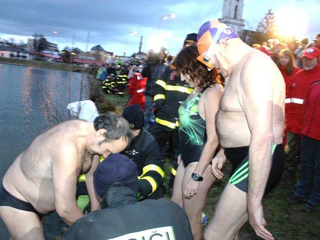 Otužilce zlákaly ve čtvrtek do vody bruntálského Kobylího rybníku, jejíž teplota se blížila bodu mrazu.