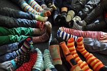Ponožkový den se ve světě slaví už deset let a letos se k němu připojila i krnovská základní škola v Hlubčické ulici.