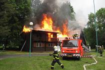 Dva lidé se zranili v pátek odpoledne během rozsáhlého požáru rekreační chaty v Nových Heřminovech na Bruntálsku.
