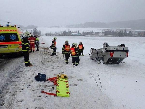 Dvě jednotky hasičů zasahovaly vpátek ráno vMiloticích nad Opavou unehody dvou osobních automobilů.
