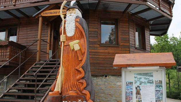 Nejmladší socha Praděda z dílny řezbáře Jiřího Halouzky stojí v Karlově pod Pradědem.