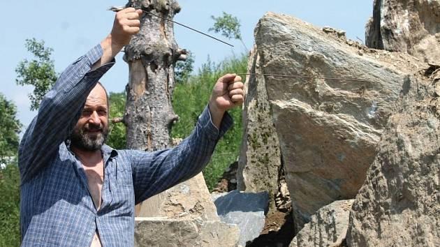 Jiří Halouzka s virgulí procházel pyramidu navršenou z velkých kamenů a pátral po elektromagnetickém poli. Virgule v jeho rukou reagovala, podle Halouzky je síla největší na vrcholku pyramidy, kde se mu oba drátky jeho virgule postavily proti sobě.