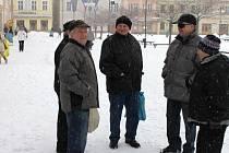 Jaroslav Matoušek (vlevo) si stěžuje na kvalitu zimní údržby na náměstí Míru v Bruntále. Jeho názory sdílí také bývalý pracovník bruntálských technických služeb František Vlček (vpravo).