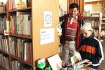 Eliška Mosná pečlivě vybírala prázdninové čtení v koutku U zubaté žáby v bruntálské knihovně pod dohledem svého dědečka Zdeňka Škapy.