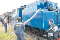 Zbrojení vodou v železničářské hantýrce znamená doplnění nádrží parní lokomotivy. S finanční pomocí Moravskoslezského kraje se dobírání vody ve Slezských Rudolticích značně zrychlí z původních 35 minut na pouhých 17.