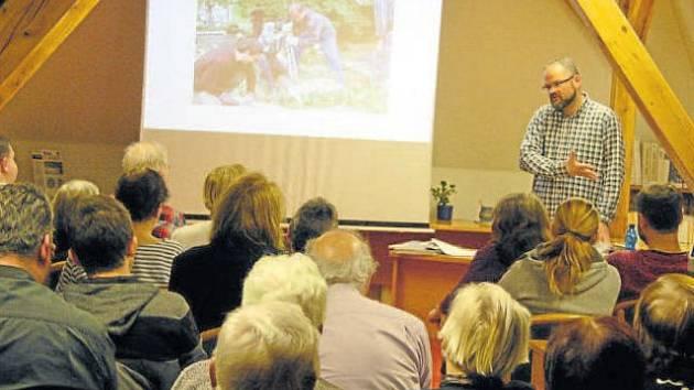 Pavel Kuča na přednášce, kterou v knihovně uspořádala krnovská pobočka Matice Slezské, představil osudy židovských obyvatel Krnova.