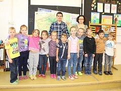 Prvňáčci ze Základní školy a Mateřské školy Ryžoviště se svou třídní učitelkou a ředitelkou školy Ivanou Kapitánovou a učitel Jan Franek.