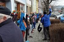 Žáci ze Základní školy ve Městě Albrechticích se pod vedením Jana Handlíře pustily do pletení rekordní pomlázky. Byla dlouhá téměř sto metrů.