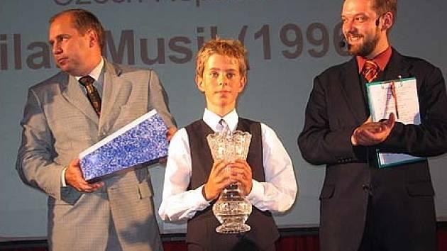 Nejmladší účastník mistrovství dostal od Petra Jurase, náměstka primátora Karviné, pohár.