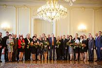 STAROSTA ÚVALNA Radek Šimek při společném focení na Pražském hradě stál úplně vlevo. Prezident Miloš Zeman dostal na památku Leningrad.