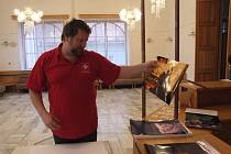 Karel Soukop (na fotografii) vystavuje spolu se Stanislavem Foltýnkem v bruntálském divadle fotografie pořízené mobilem.