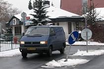 Dopravní značka na Květné ulici se stále poroučí k zemi.