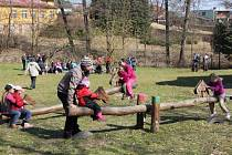 Ježník je místem, kam Krnované chodí vítat jaro. Letošní Putování ke studánce přílákalo na tři stovky účastníků.